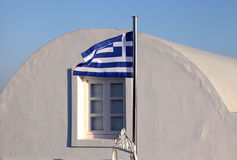 Grekland flagga på solnedgångljus i Oia, Santorini ö Arkivfoton