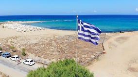 Grekland flagga som blåser i havsbris, Kreta stock video