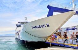Grekland i April, ön av Thassos, en stor färja, transporter folk och bilar som seglar från staden av Keramoti till royaltyfri fotografi