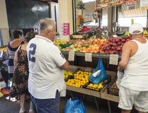 Grekland Korfu, Kerkyra stad, september 26, 2018: Sort för sortiment allra av den lokala frukt och grönsaken på ställningen i gat royaltyfri foto