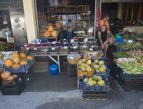 Grekland Korfu, Kerkyra stad, september 26, 2018: Sort för sortiment allra av den lokala grönsaken och oliv på ställningen i gata royaltyfri bild