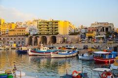 GREKLAND KRETA, HERAKLION - JULI 11/2014: turister besökte hamnstaden i den viktiga staden av Heraklion Royaltyfri Bild