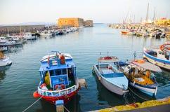 GREKLAND KRETA, HERAKLION - JULI 11/2014: turister besökte hamnstaden i den viktiga staden av Heraklion Royaltyfria Foton