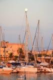 GREKLAND KRETA, HERAKLION - JULI 11/2014: turister besökte hamnstaden i den viktiga staden av Heraklion Arkivbild