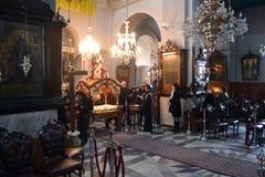 2015 Grekland Långfredagceremoni, i den Trimartyrus domkyrkan Chania Arkivfoto