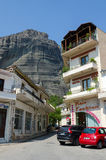 Grekland Meteora, en smal gata i byn av Kalambaka Royaltyfri Bild