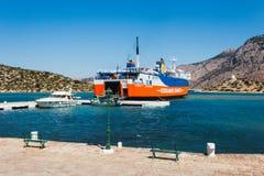Grekland Panormitis-Juli 14: Färjan på pir i hamnen på Juli 14, 2014 i Panormitis, Grekland Royaltyfri Bild