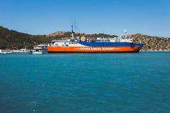 Grekland Panormitis-Juli 14: Färjan på pir i porten på Juli 14, 2014 i Panormitis, Grekland Fotografering för Bildbyråer