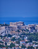 Grekland Parthenon på akropolkullen över Plaka den pittoreska grannskapen Royaltyfria Foton
