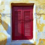 Grekland rött fönster för tappninghus Royaltyfri Bild