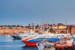 Grekland Rhodes - Juli 13 hamnstad- och fästningväggar på Juli 13, 2014 i Rhodes, Grekland Royaltyfria Bilder
