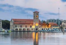 Grekland Rhodes - Juli 11 kaj på porten av Mandraki på Juli 11, 2014 i Rhodes, Grekland Arkivfoto
