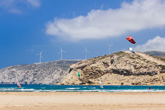 Grekland, Rhodes - Juli 17 Kiters och surfare i golfen av Prasonisi på Juli 17, 2014 i Rhodes, Grekland Royaltyfria Bilder