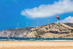 Grekland, Rhodes - Juli 17 Kiters och surfare i golfen av Prasonisi på Juli 17, 2014 i Rhodes, Grekland Royaltyfri Fotografi