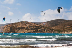 Grekland Rhodes - Juli 16: LKiters och surfare i golfen av Prasonisi på Juli 16, 2014 i Rhodes, Grekland Royaltyfri Bild