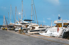 Grekland Rhodes - Juli 11 yachthamn i aftonen på Juli 11, 2014 i Rhodes, Grekland Arkivbilder