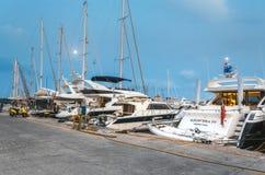 Grekland Rhodes - Juli 11 yachthamn i aftonen på Juli 11, 2014 i Rhodes, Grekland Arkivfoton