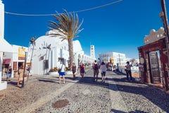 Grekland Santorini - Oktober 01, 2017: semestra folk på de smala gatorna av vita städer på ön Fotografering för Bildbyråer