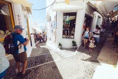 Grekland Santorini - Oktober 01, 2017: semestra folk på de smala gatorna av vita städer på ön Royaltyfri Foto