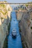 Grekland. Skepp i den Corinth kanalen Royaltyfria Bilder