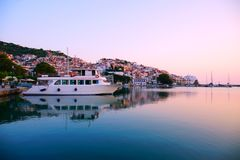Grekland stad Scopelos på soluppgång royaltyfria bilder