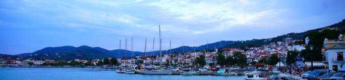 Grekland stad Scopelos på soluppgång royaltyfri bild