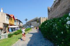 Grekland Thessaloniki, turister fotograferas på en smal stre Arkivfoto