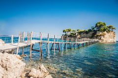 Grekland Zakynthos, träbro till den lilla ön Agios Sostr royaltyfri bild