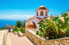 Greks kyrka med en panorama av ett hav, Grekland Arkivfoto