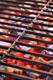 Grelha do ferro fundido e carvão vegetal de incandescência fotos de stock royalty free