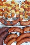 Grelha ou BBQ com cozimento e salsicha do no espeto. Foto de Stock Royalty Free