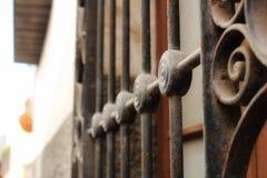 Grelha oxidada velha do metal na construção velha imagem de stock royalty free