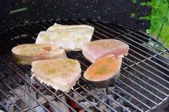 Grelhando o bife dos peixes Fotos de Stock