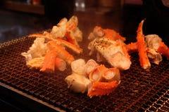 Grelhe caranguejos gigantes na grade popular do marisco do torrador no mercado de peixes de Tsukiji, Tóquio - Japão fotografia de stock