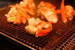 Grelhe caranguejos gigantes na grade popular do marisco do torrador no mercado de peixes de Tsukiji, Tóquio - Japão fotos de stock royalty free