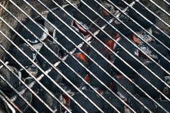 Grelhe carvões amassados do BBQ do carvão vegetal com grade quente do metal fotografia de stock royalty free