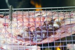 Grelhe com carne para o fogo do assado no fundo Imagens de Stock