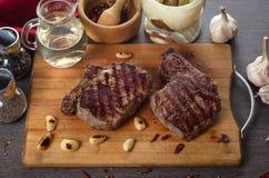 Grelhe a composição do bife do olho do reforço da carne no fundo de madeira Fotos de Stock Royalty Free