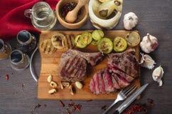 Grelhe a composição do bife do olho do reforço da carne no fundo de madeira Imagem de Stock