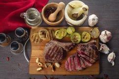 Grelhe a composição do bife do olho do reforço da carne no fundo de madeira Imagem de Stock Royalty Free