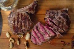 Grelhe a composição do bife do olho do reforço da carne no fundo de madeira Fotografia de Stock Royalty Free