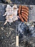 Grelhe, fritando a carne fresca, assado da galinha, salsicha, no espeto, Hamburger, vegetais, BBQ, assado, marisco grelhado imagens de stock