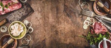Grelhe o fundo com carne do BBQ com os utensílios da cozinha do kitchenware do vintage e os molhos e os ingredientes para grelhar imagens de stock royalty free