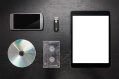 Greller Antrieb eine dunkle Hintergrundtabelle mit unterschiedlichem Multimedia-EL Stockfoto
