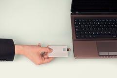 Greller Antrieb an Hand mit Notebook Lizenzfreies Stockfoto