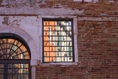 Greller Glanz auf den Fenstern stockbild
