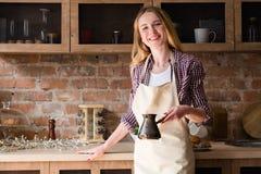 Grembiule della donna che fa la cucina della casa di mattina del caffè fotografie stock