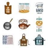 Grembiule e casseruola, bagel e bordo di legno con il cappuccio, la pentola ed il bollitore Cuocere o utensili sporchi della cuci illustrazione di stock