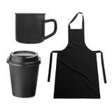Grembiule nero, con la tazza di caffè, tazza su bianco Fotografia Stock Libera da Diritti
