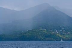 Grenada-Küstenlinie in einem Regensturm. Stockbild